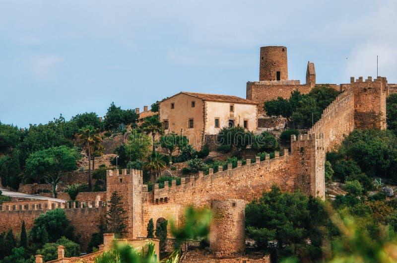 Castelo de Capdepera no monte verde na ilha de Mallorca, Espanha fotos de stock