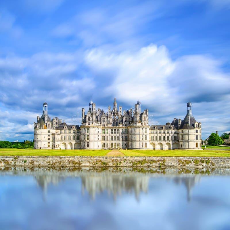 Castelo de Chambord, castelo francês medieval do Unesco e reflexão. Loire, França imagens de stock royalty free