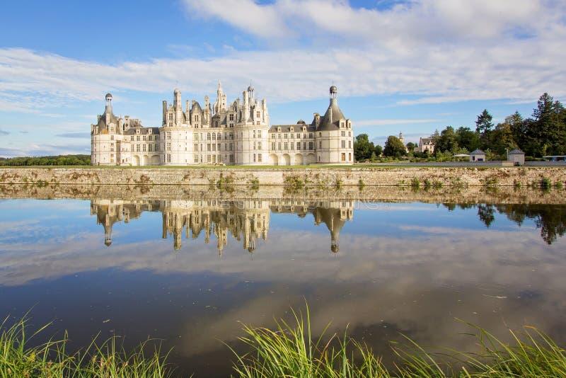 Castelo de Chambord, castelo francês medieval real com reflectio foto de stock royalty free