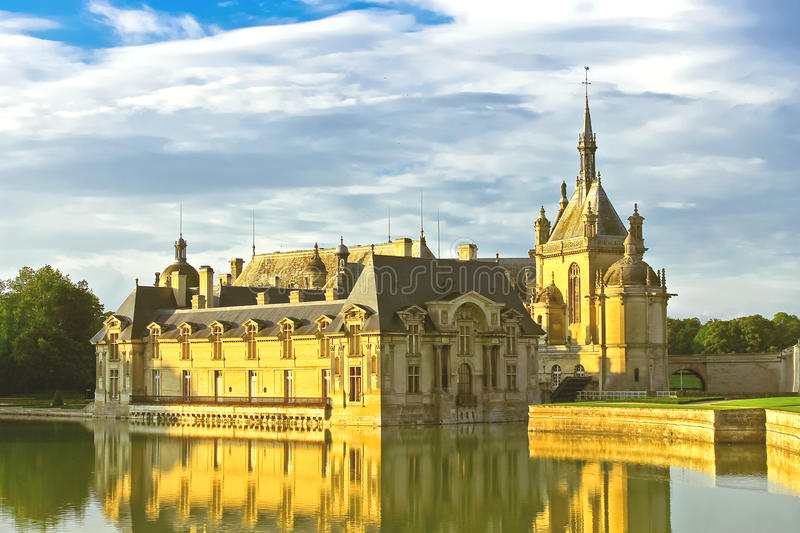 Castelo de Chantilly no por do sol. imagem de stock