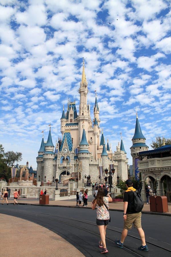 Castelo de Cinderella no reino mágico imagens de stock