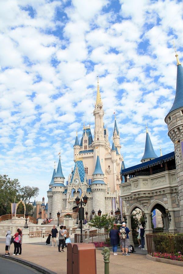 Castelo de Cinderella no reino mágico imagem de stock