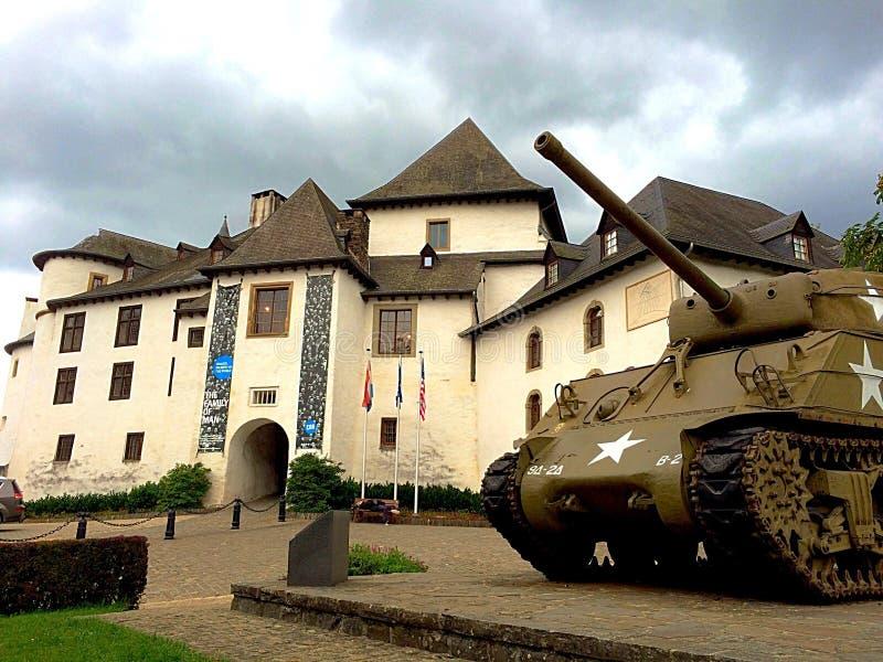 Castelo de Clerveaux com o tanque de Sherman usado no WW II fotografia de stock
