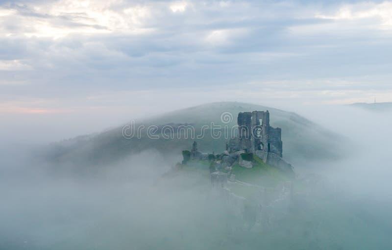 Castelo de Corfe em uma manhã enevoada foto de stock