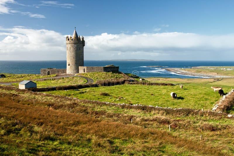 Castelo de Doonagore no cenário-Ireland bonito. imagem de stock