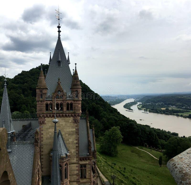 Castelo de Drachenburg, Alemanha, o 1º de julho de 2016 - negligenciando o Reno do rio e a cidade de Bona fotografia de stock royalty free