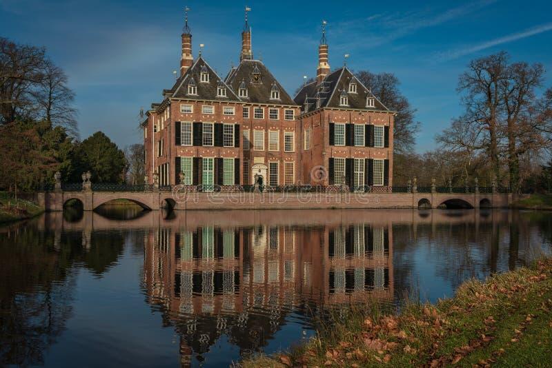 Castelo de Duivenvoorde, Voorschoten, Haia, Países Baixos - 20 de fevereiro de 2019: Castelo de Duivenvoorde em uma tarde ensola foto de stock
