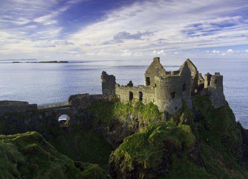 Castelo de Dunluce e algumas ilhas fora da costa de Irlanda do Norte. imagens de stock royalty free