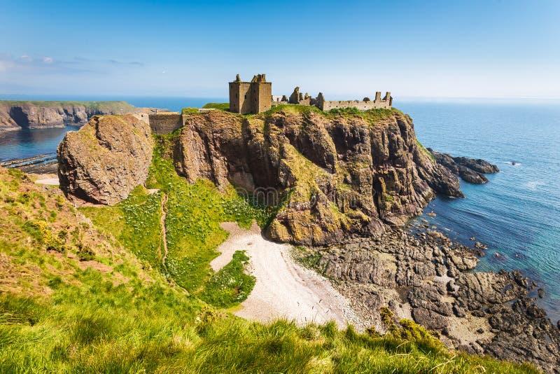 Castelo de Dunnottar com o céu claro em Stonehaven, Aberdeen, Scotlan imagens de stock royalty free