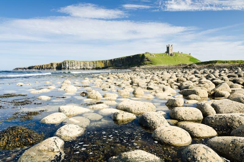 Download Castelo de Dunstanburgh foto de stock. Imagem de paisagem - 26514070