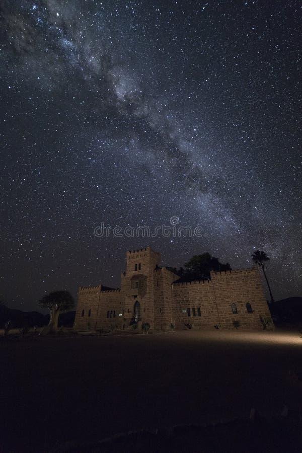Castelo de Duwisib na noite nafta imagens de stock
