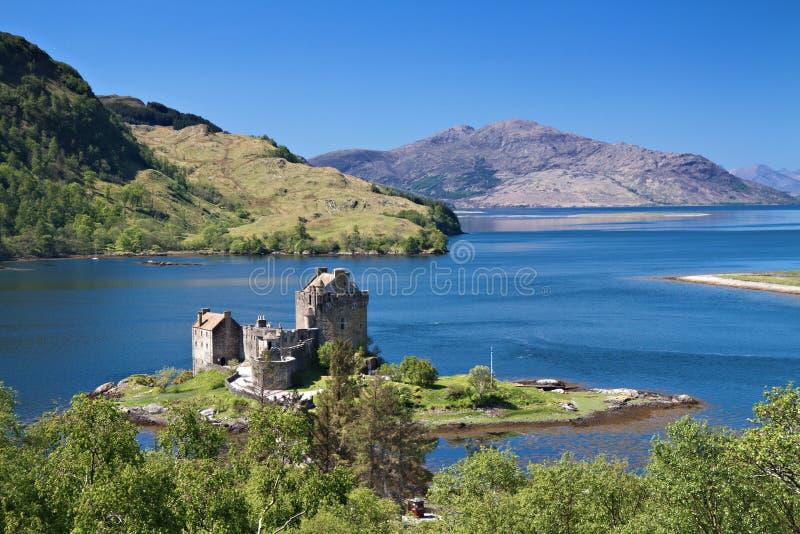 Castelo de Eilean Donan sob um céu azul imagens de stock royalty free