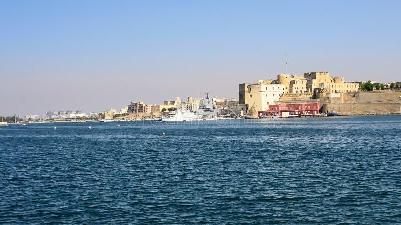 Castelo de Federciano, porto militar e navio em Brindisi no por do sol imagens de stock royalty free
