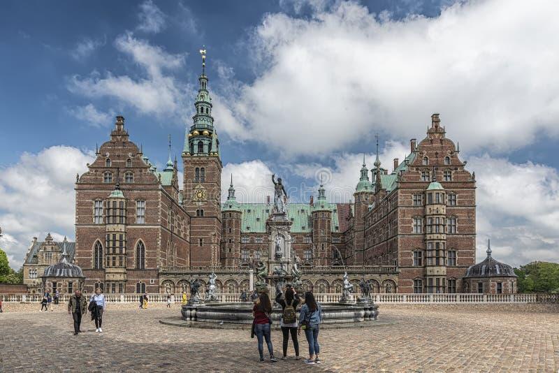 Castelo de Frederiksborg com os turistas que tomam fotos imagens de stock royalty free