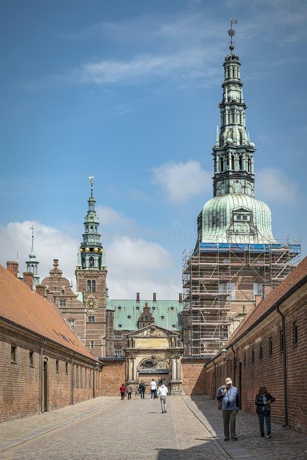 Castelo de Frederiksborg em Dinamarca com turistas fotos de stock royalty free