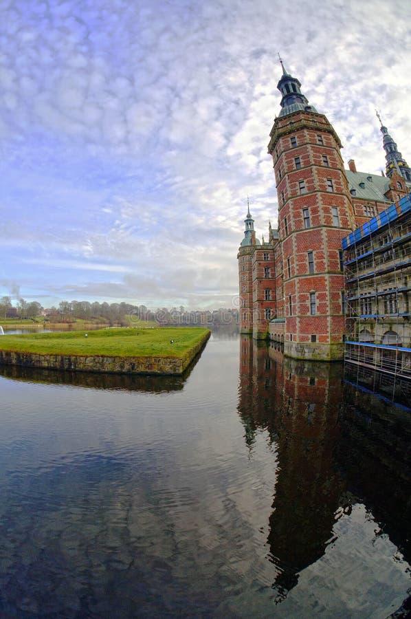 Castelo de Frederiksborg em Hillerod perto de Copenhaga, Dinamarca imagens de stock