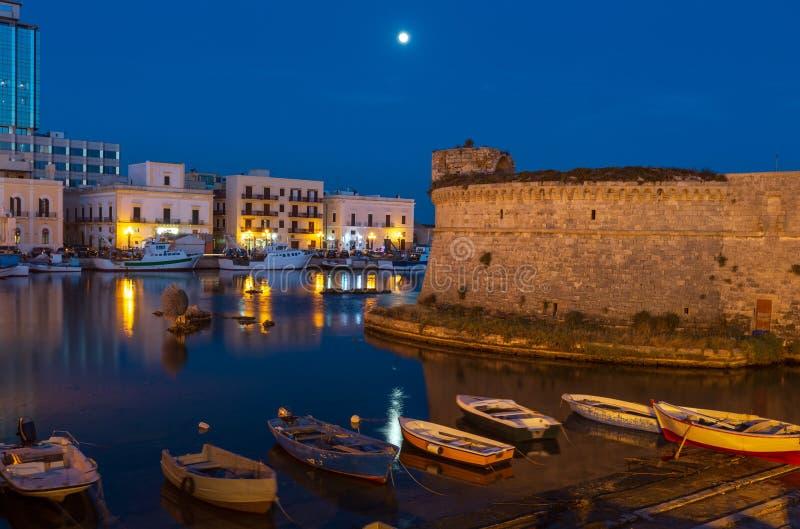 Castelo de Gallipoli da noite, Puglia, Itália imagem de stock royalty free