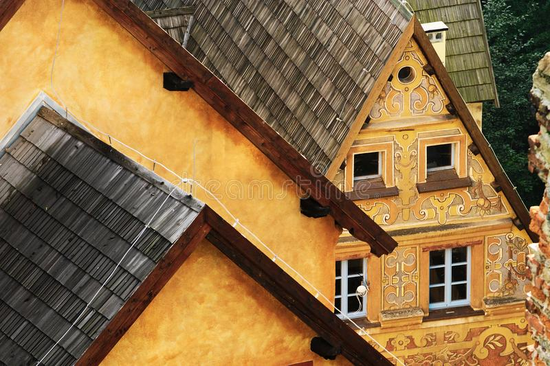 Castelo de Grodno em Zagorze Slaskie, mais baixo Silesia, Polônia Telhados lançados da telha da construção do gatehouse com sgraf foto de stock royalty free