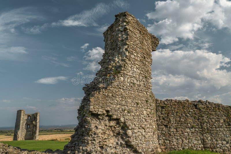 Castelo de Hadleigh, ruínas do século XI, nuvens de cúmulo no fundo, parque de Hadleigh, Essex, Inglaterra, Reino Unido imagens de stock royalty free