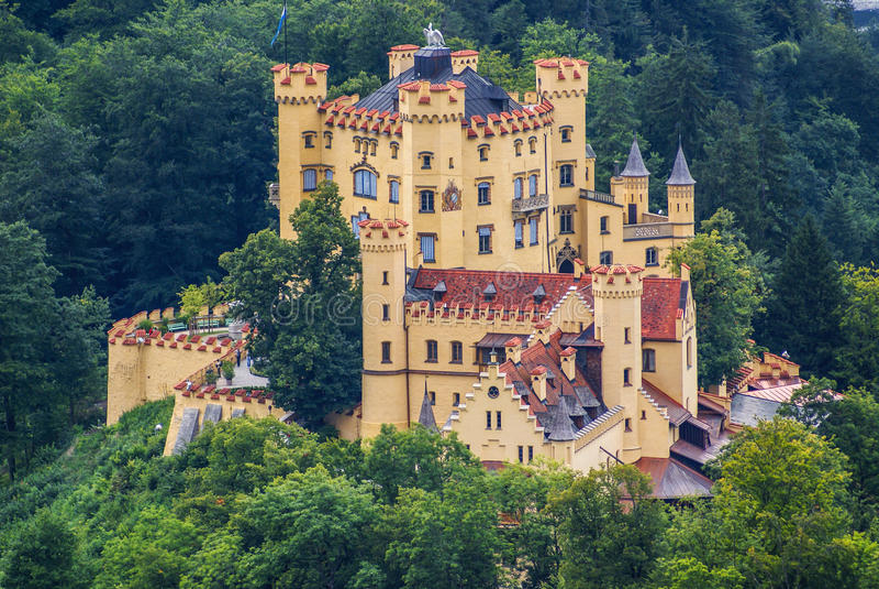 Castelo de Hohenschwangau nos cumes bávaros. foto de stock