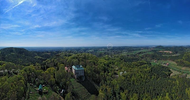 Castelo de Houska e o campo circunvizinho na região boêmia central foto de stock royalty free