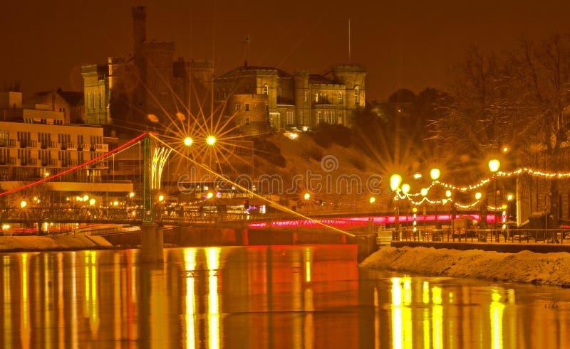 Castelo de Inverness e o rio Ness na noite. imagens de stock royalty free