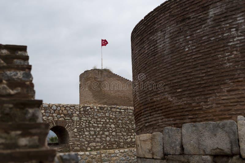 Castelo de Iznik com bandeira turca fotos de stock
