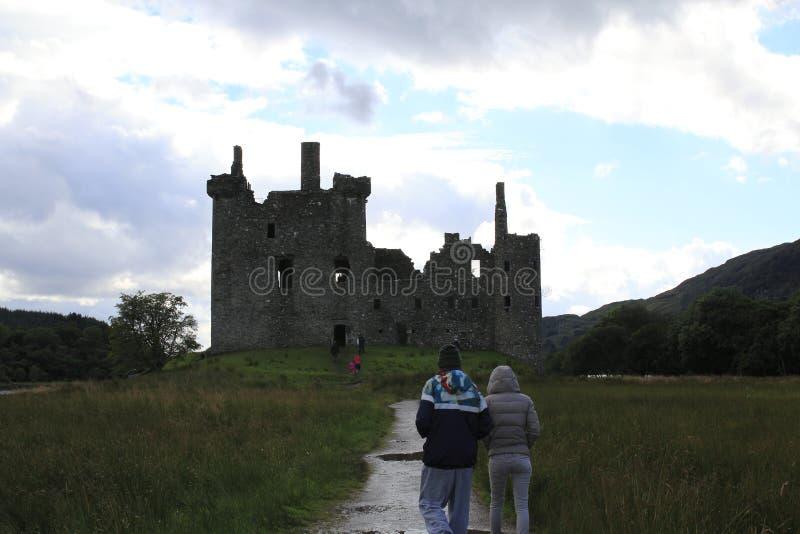 Castelo de Kilchurn, ruína do castelo no incrédulo do Loch, nas montanhas de Escócia fotos de stock royalty free