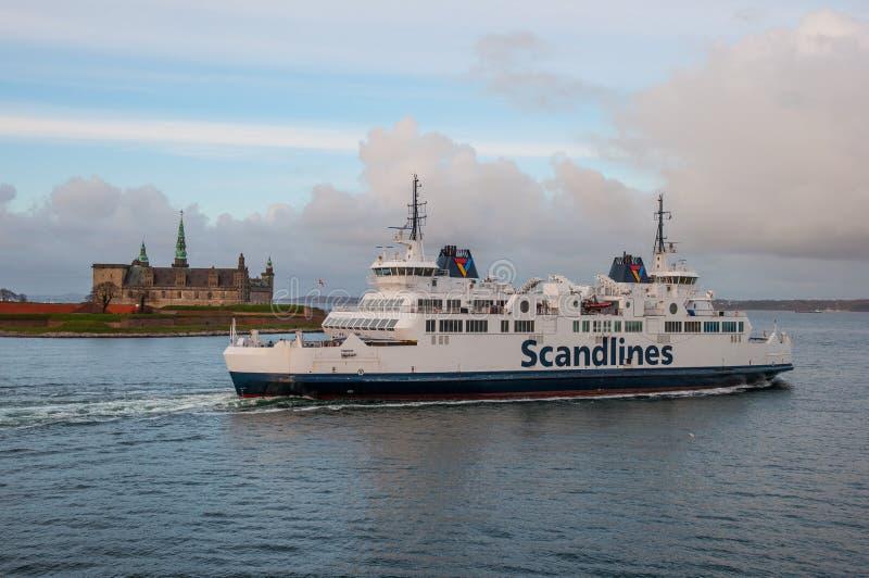 Castelo de Kronborg da passagem da navigação de Hamlet da balsa de Scandlines imagem de stock royalty free