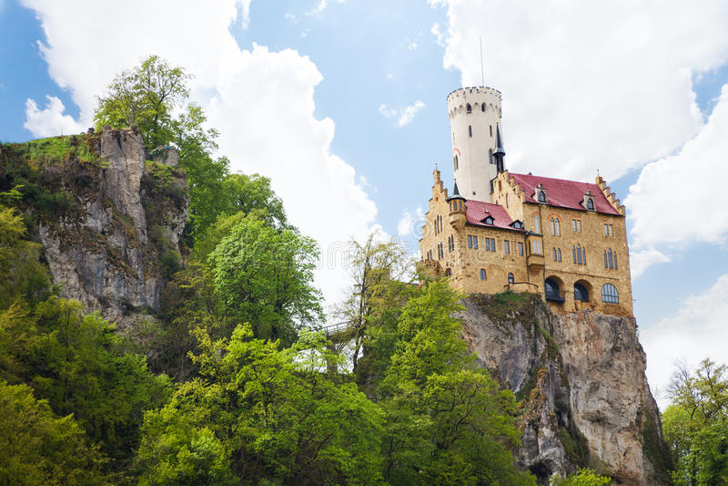 Castelo de Lichtenstein em Alemanha no penhasco da rocha foto de stock royalty free