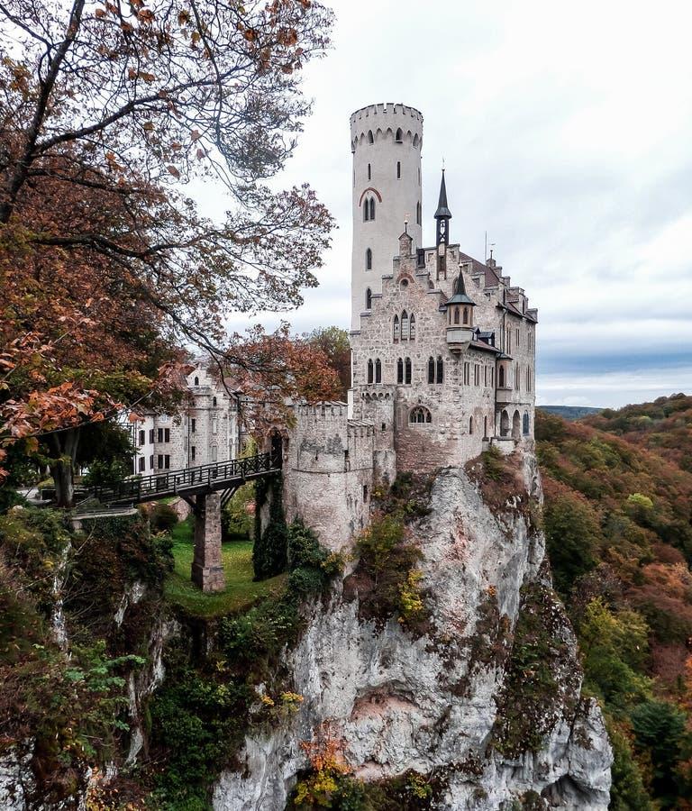 Castelo de Lichtenstein exterior na queda com penhascos dramáticos imagens de stock royalty free
