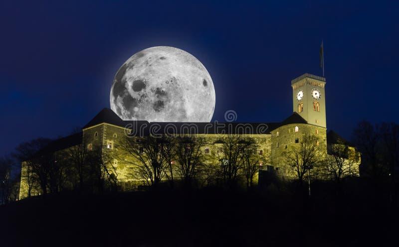 Castelo de Ljubljana com Lua cheia fotos de stock royalty free