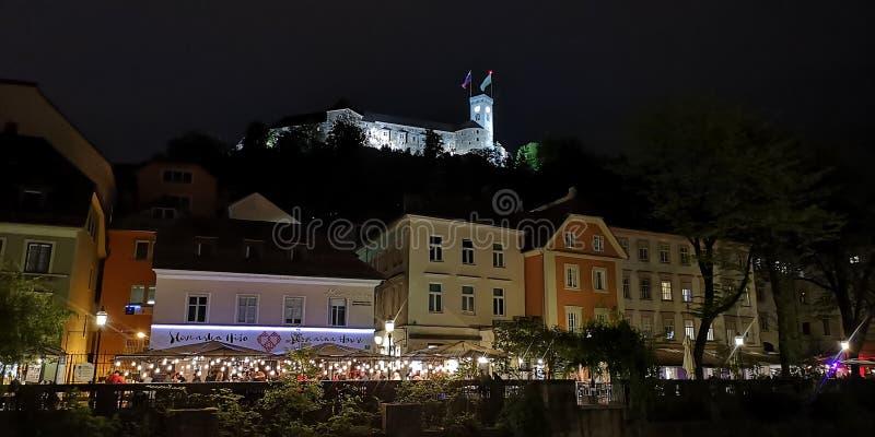 Castelo de Ljubljana no Eslovênia na noite imagem de stock