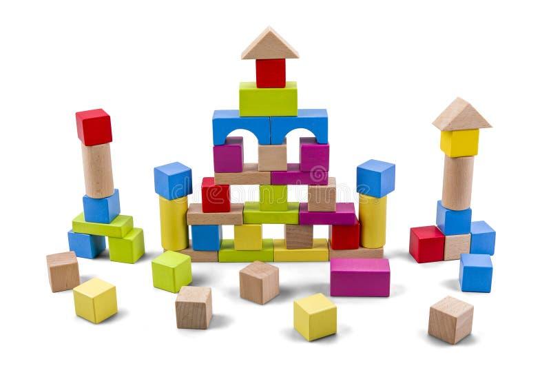 Castelo de madeira da construção dos blocos coloridos isolados no branco com trajeto de grampeamento fotos de stock royalty free
