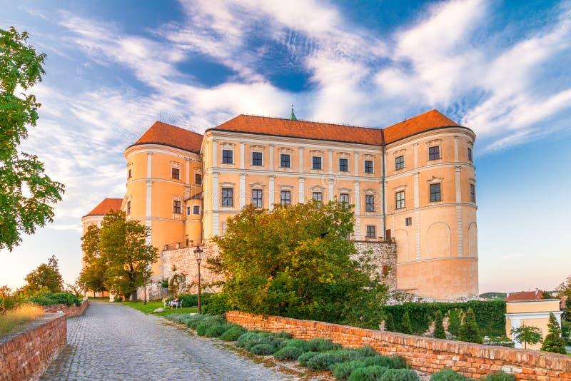 Castelo de Mikulov em Moravia sul no por do sol, República Checa imagem de stock royalty free