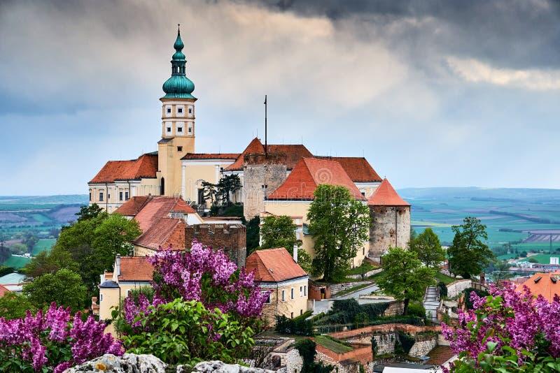 Castelo de Mikulov ou castelo de Mikulov sobre a opinião colorida do panorama da rocha sobre telhados na cidade Moravia sul Repúb fotografia de stock royalty free