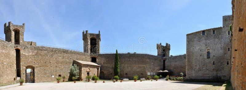 Castelo de Montalcino dentro do panorama fotos de stock