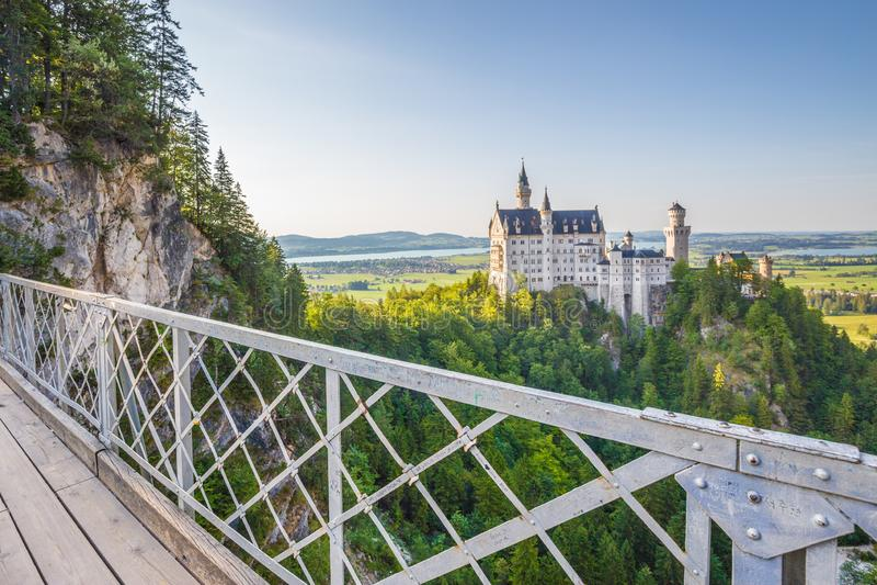 Castelo de Neuschwanstein com a ponte no por do sol, Baviera de Marienbrucke, Alemanha imagem de stock royalty free