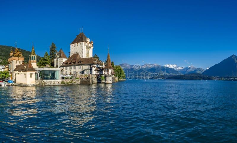 Castelo de Oberhofen no lago Thun, Bernese Oberland, Suíça fotografia de stock