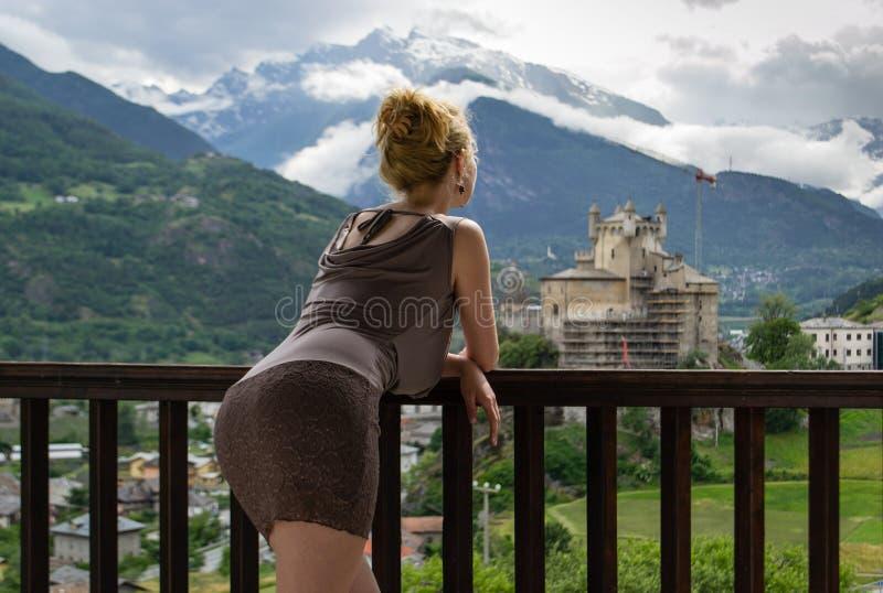 Castelo de observação da montanha da mulher 'sexy' imagem de stock
