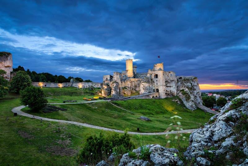 Castelo de Ogrodzieniec - castelo medieval arruinado no registro polonês de Jura fotos de stock