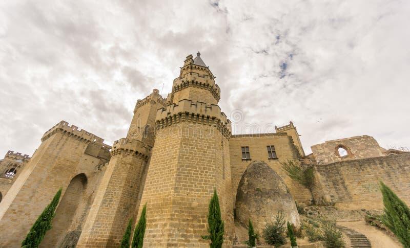 Castelo de Olite com o céu nebuloso em Navarra, Espanha fotografia de stock royalty free