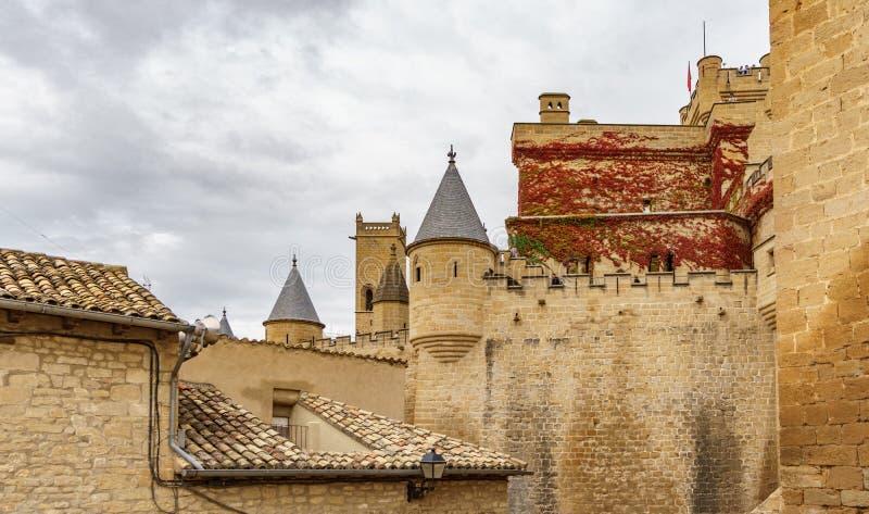 Castelo de Olite contra o céu nebuloso em Navarra, Espanha imagens de stock royalty free