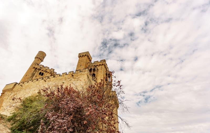 Castelo de Olite e da opinião inferior das nuvens em Navarra, Espanha fotos de stock