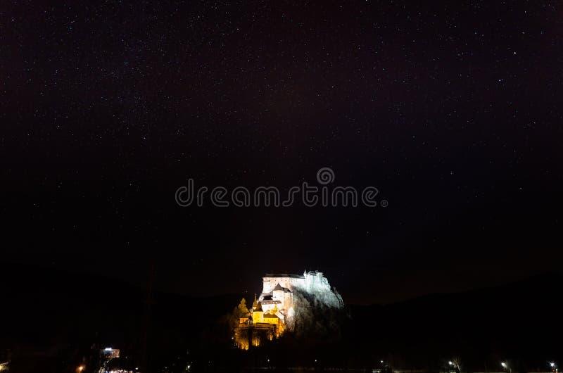 Castelo de Orava na noite fotografia de stock royalty free