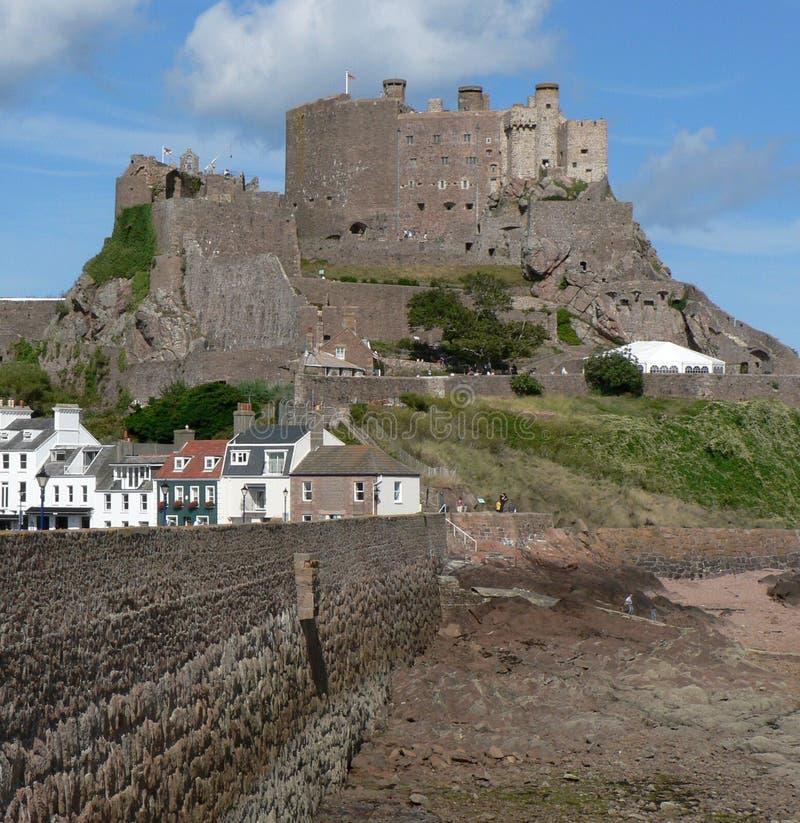 Castelo de Orgueil da montagem acima do porto de Gorey foto de stock