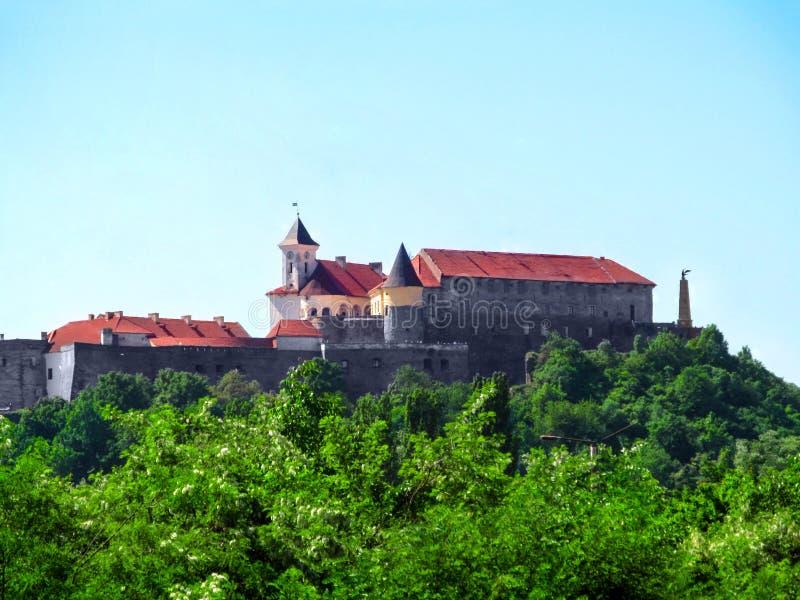 Castelo de Palanok em um monte em Mukachevo Paisagem bonita com o castelo medieval de Mukachevo sobre imagem de stock royalty free