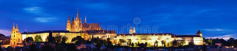 Castelo de Praga na noite fotos de stock