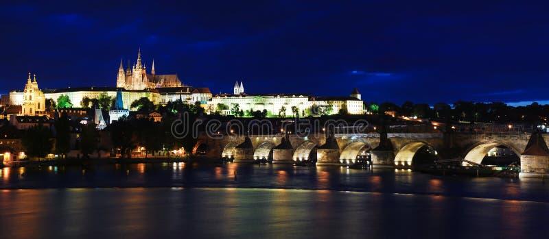Castelo de Praga na noite foto de stock