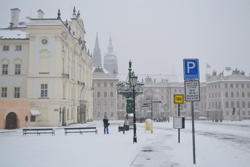Castelo de Praga no inverno com neve fotografia de stock royalty free